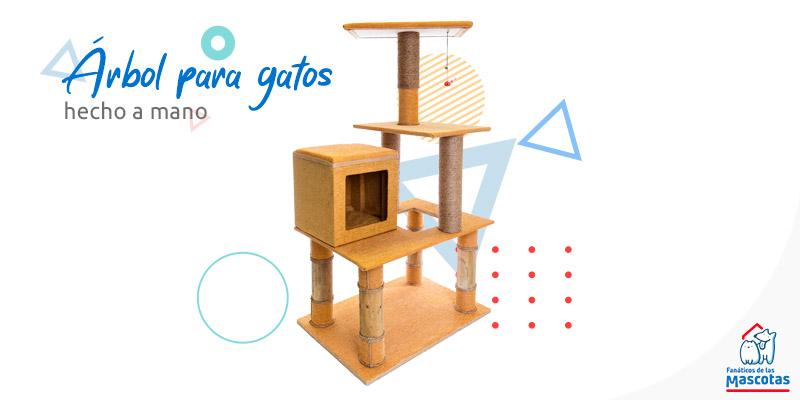 Árbol para gato de 3 pisos con refugio y juguete. Enlaza a la sección de rascadores y árboles para gatos de Sodimac.com